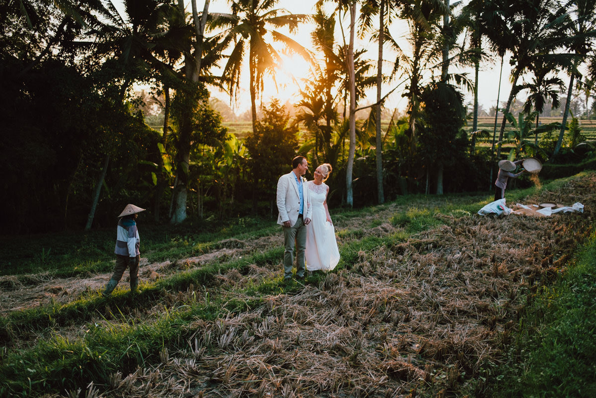 The bride and groom photoshoot in the rice field