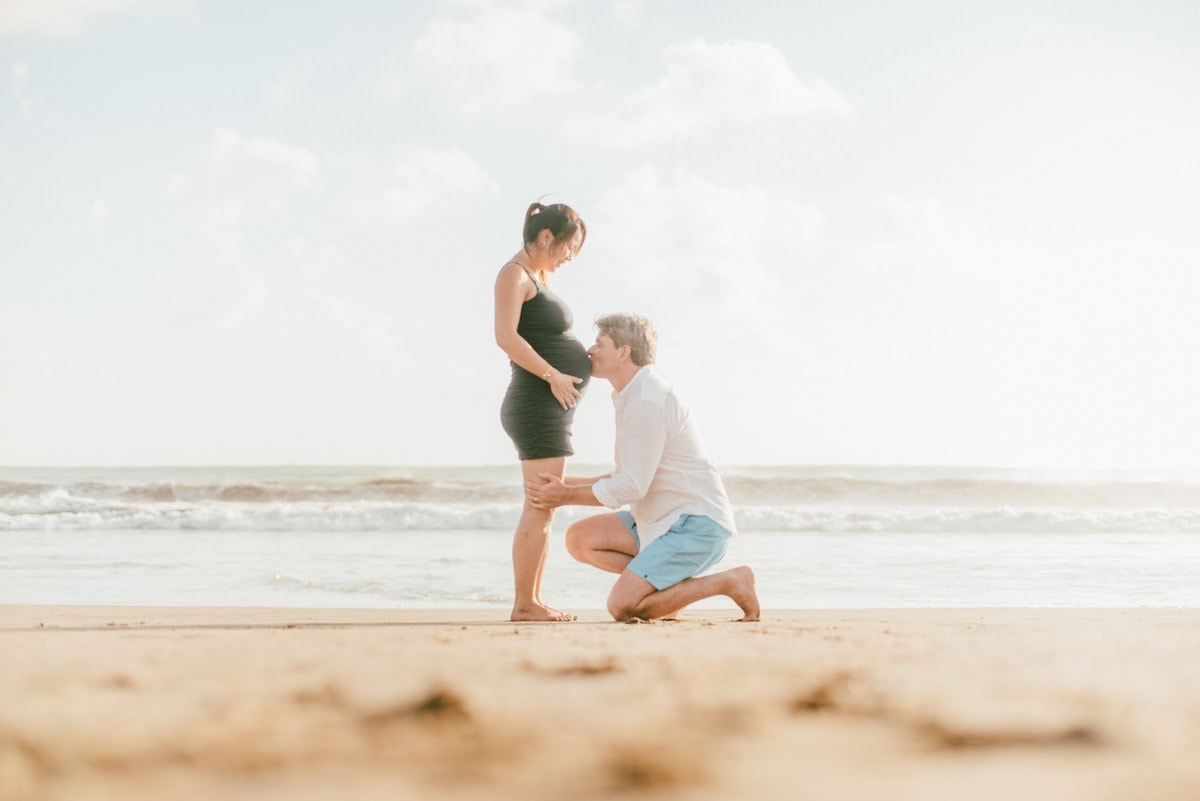 beach maternity photography when daddy kiss mom's belly