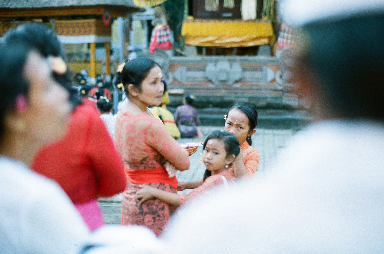 Portrait of girls with her moms in the temple