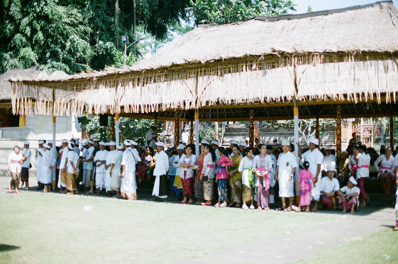 People gather together before they praying